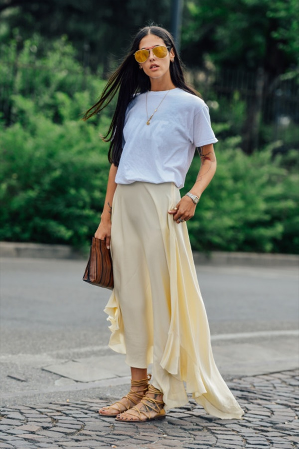Светлая юбка в пол, белая футболка и сандалии на низком ходу