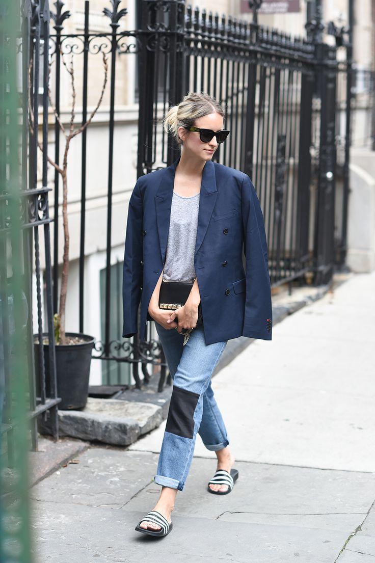 Шлепанцы с джинсами, футболкой и жакетом