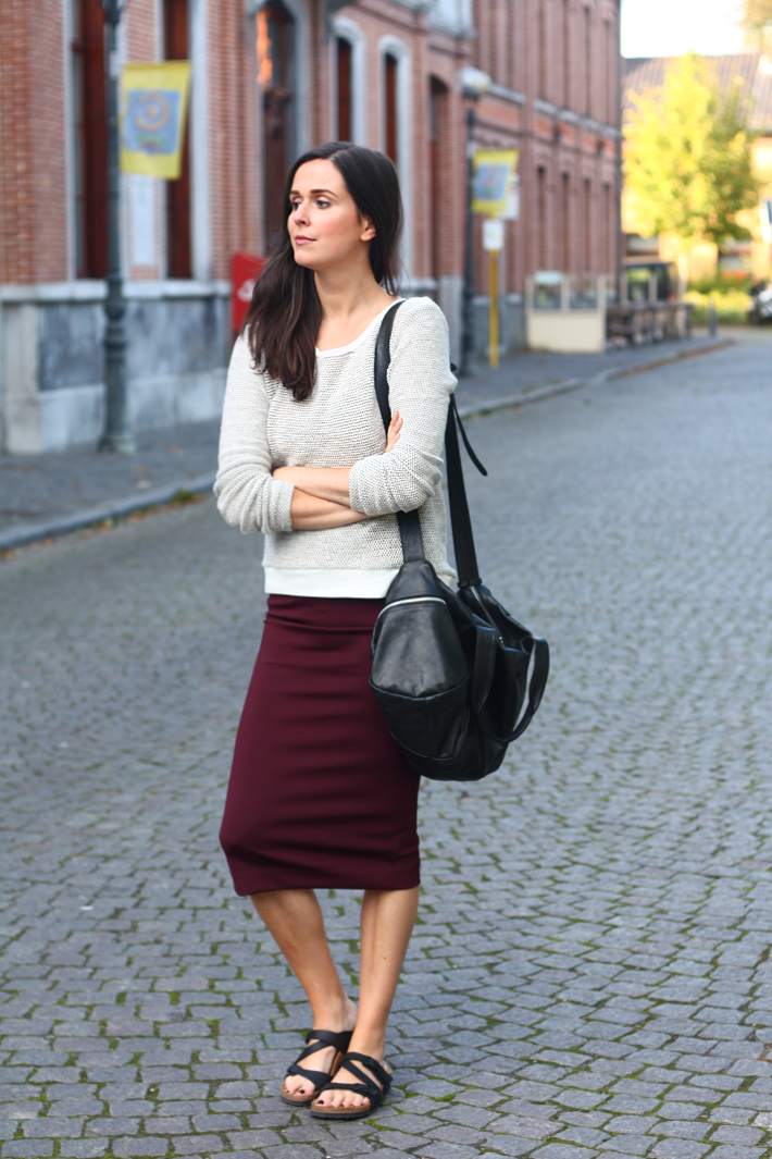 Узкая трикотажная юбка, свитер и сандалии на низком ходу
