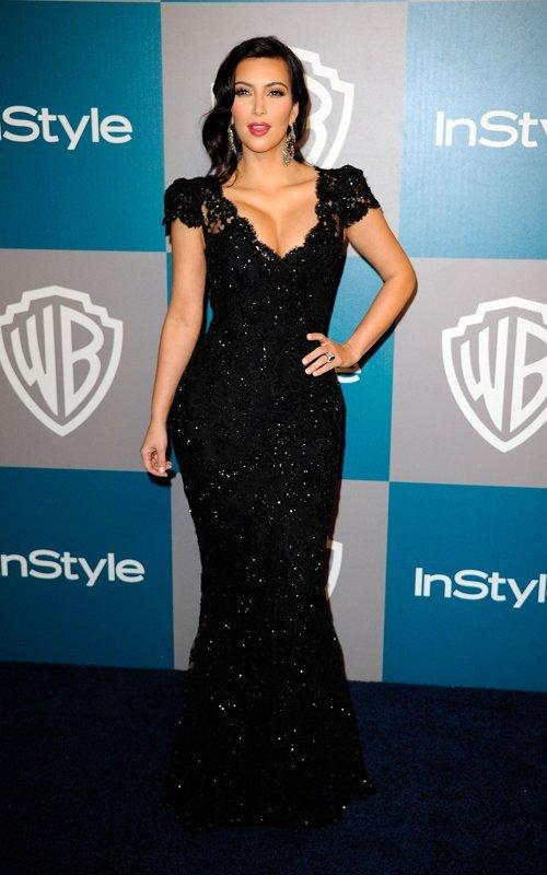 Ким Кардашян в длинном кружевном платье с глубоким декольте