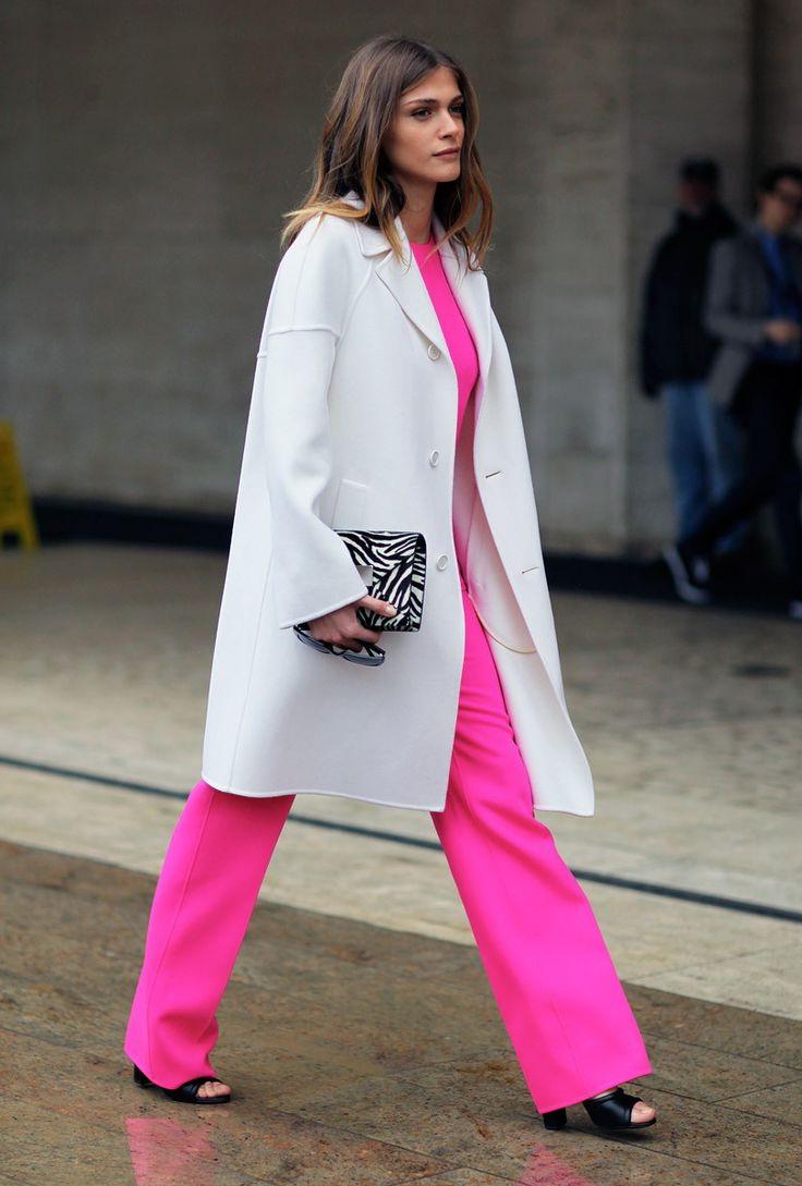 Розовый костюм и светлое пальто