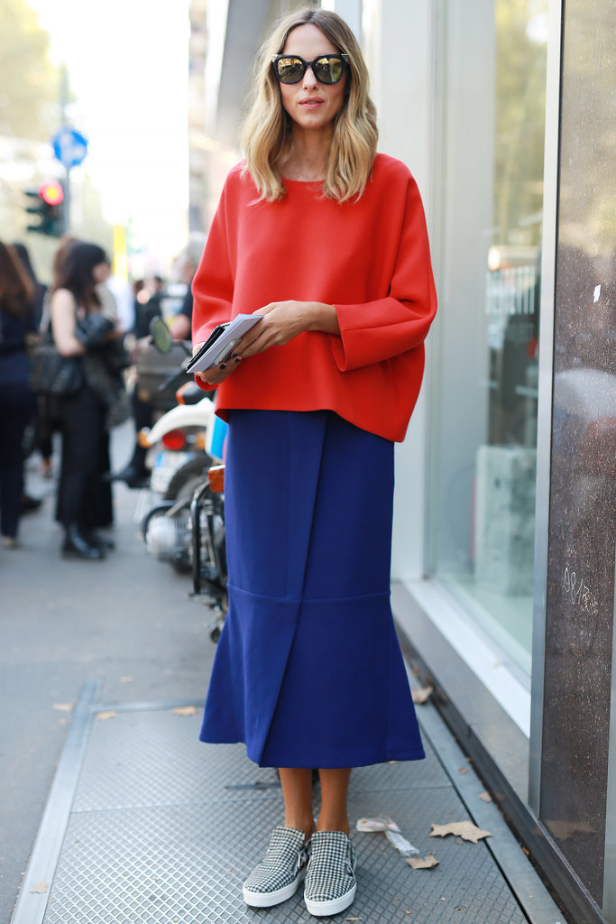 Синяя юбка и красный свитер - ансамбль в стиле колор блок