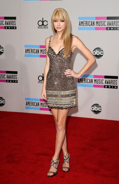 Тейлор Свифт в коротком платье на тонких бретелях