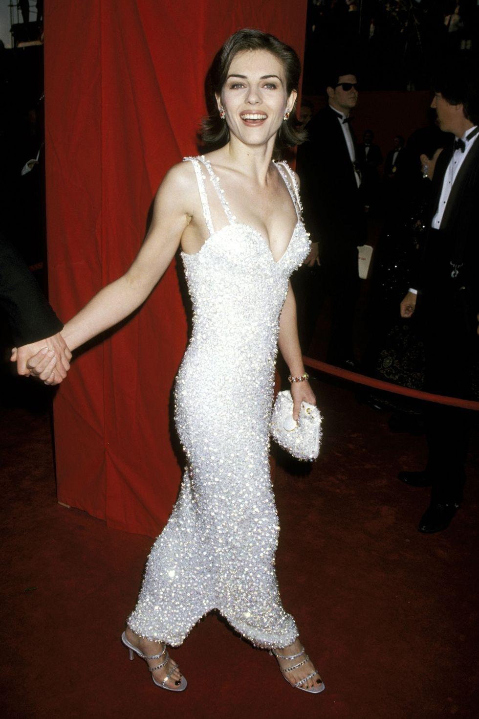 Элизабет Херли в длинном белом платье на тонких бретелях