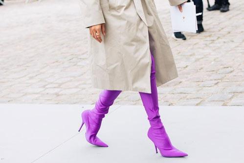 Бежевый тренч и ботфорты цвета ультрафиолет