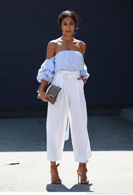 Блузка с открытыми плечами в сочетании с белыми брюками