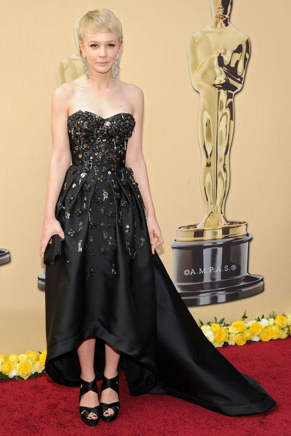 Кэри Маллиган в черном платье с длинным шлейфом