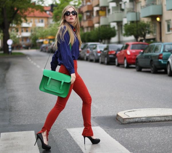 Терракотовые брюки, синяя блузка и зеленая сумка
