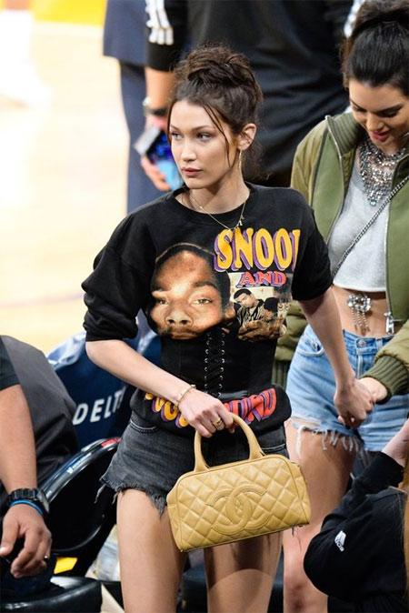 Белла Хадид в джинсовых шортах и футболке