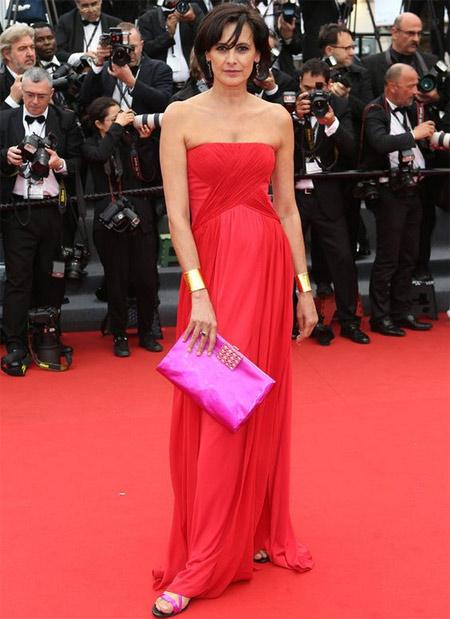 Инес де ля Фрессанд в красном платье с декольте. 2013 год
