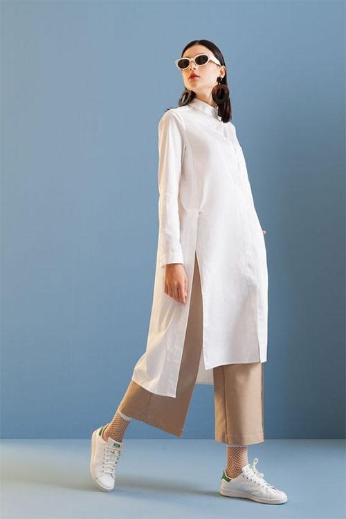 Белые кеды и брюки цвета беж