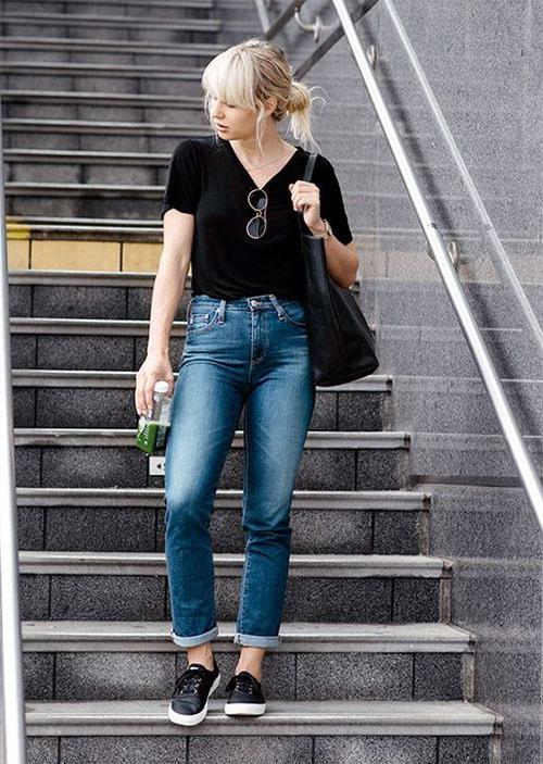 Черная футболка, джинсы, кеды