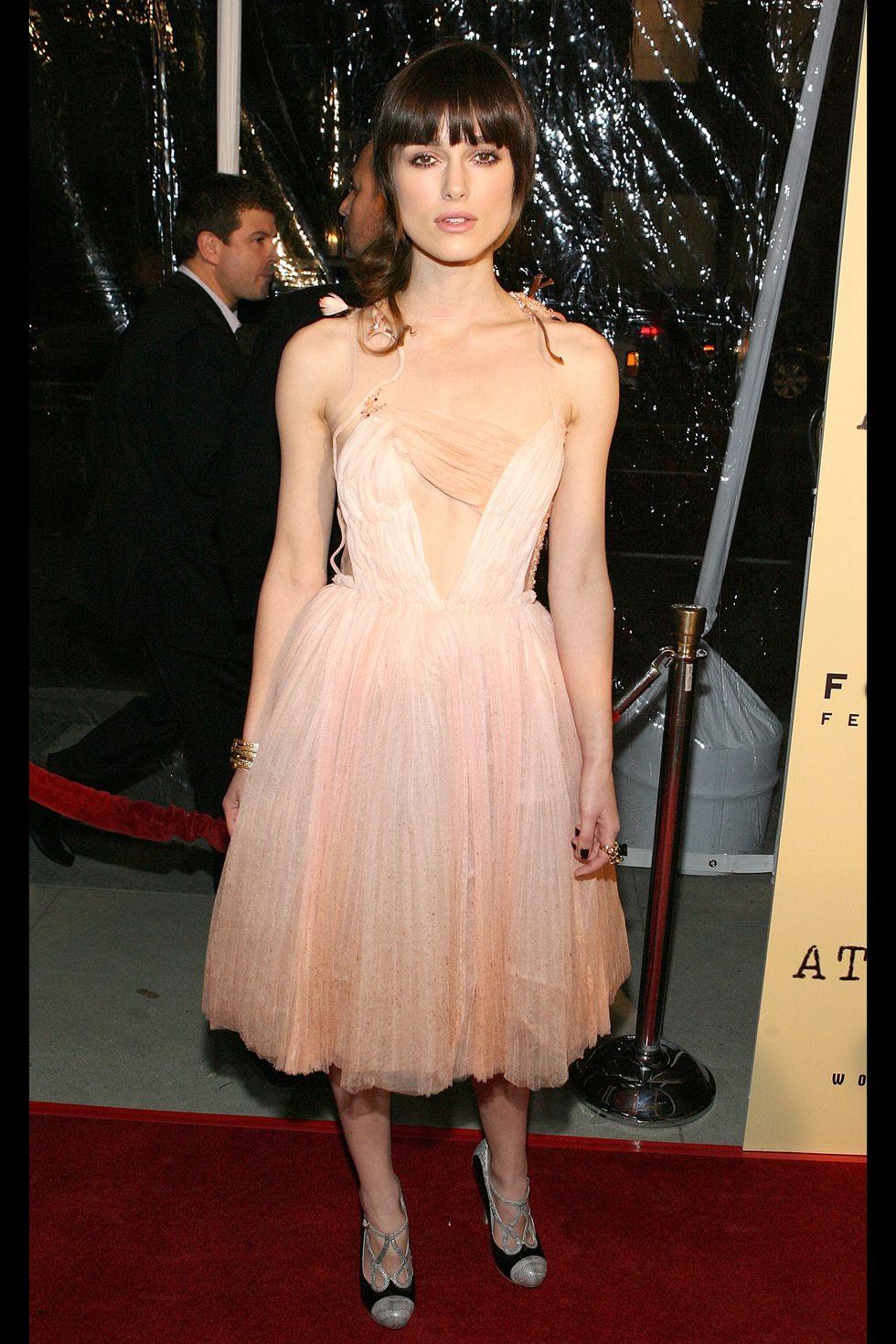 Кира Найтли в коротком платье персикового цвета