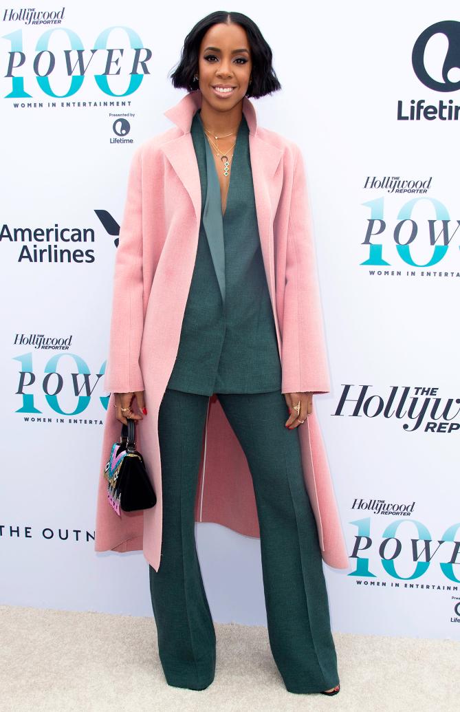 Келли Роуленд в темно-зеленом костюме и розовом пальто