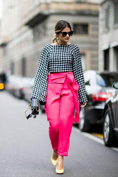 Блузка в клетку в сочетании с брюками цвета фуксии