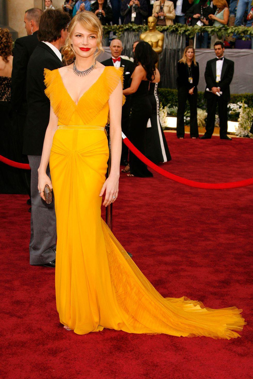 Мишель Уильямс в ярком желтом платье в пол. Фото стильных платьев на выпускной