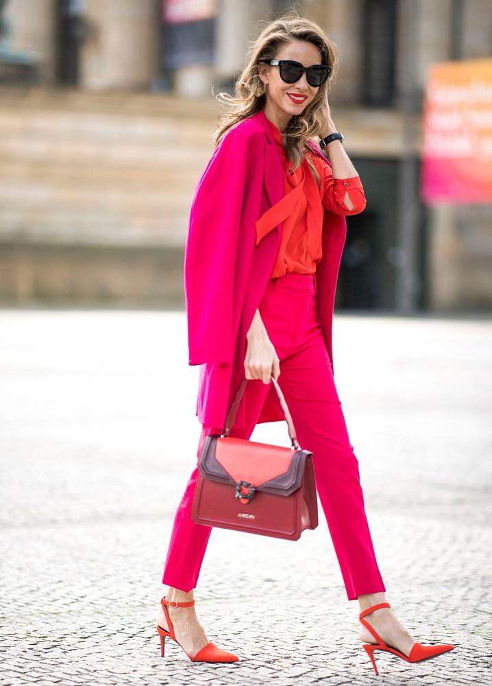 Малиновый костюм и красная блузка