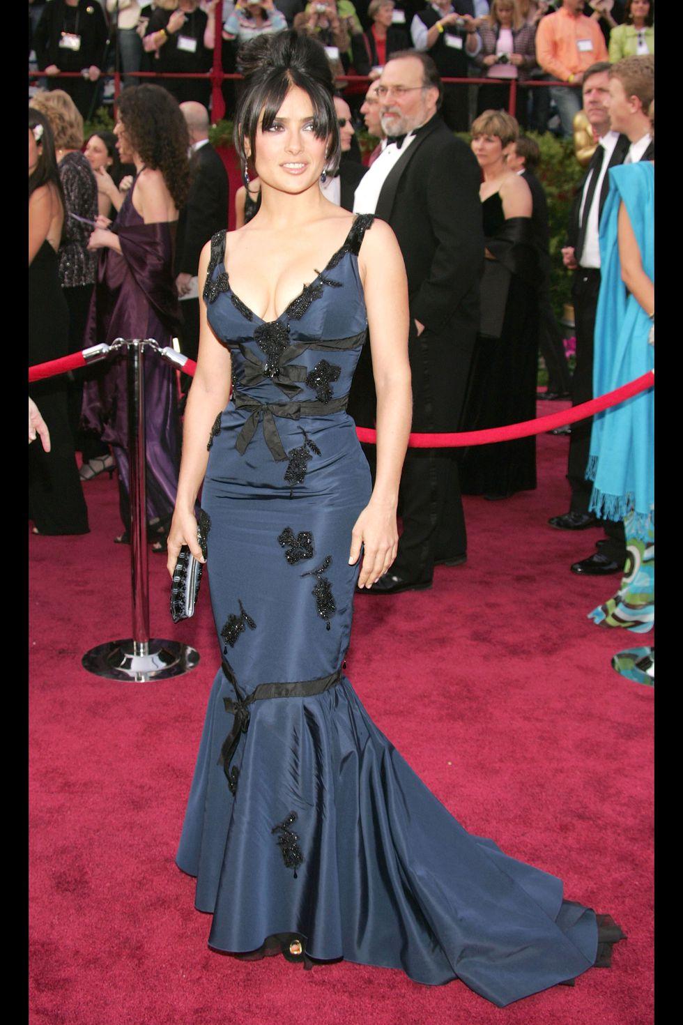 Сальма Хайек в темно-синем платье с декольте
