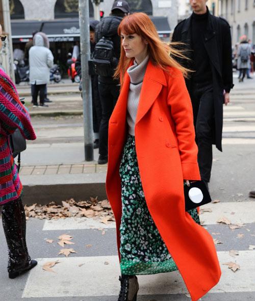 Директор отдела моды журнала GRAZIA IT Сара Мошини в красном пальто на Неделе моды в Милане
