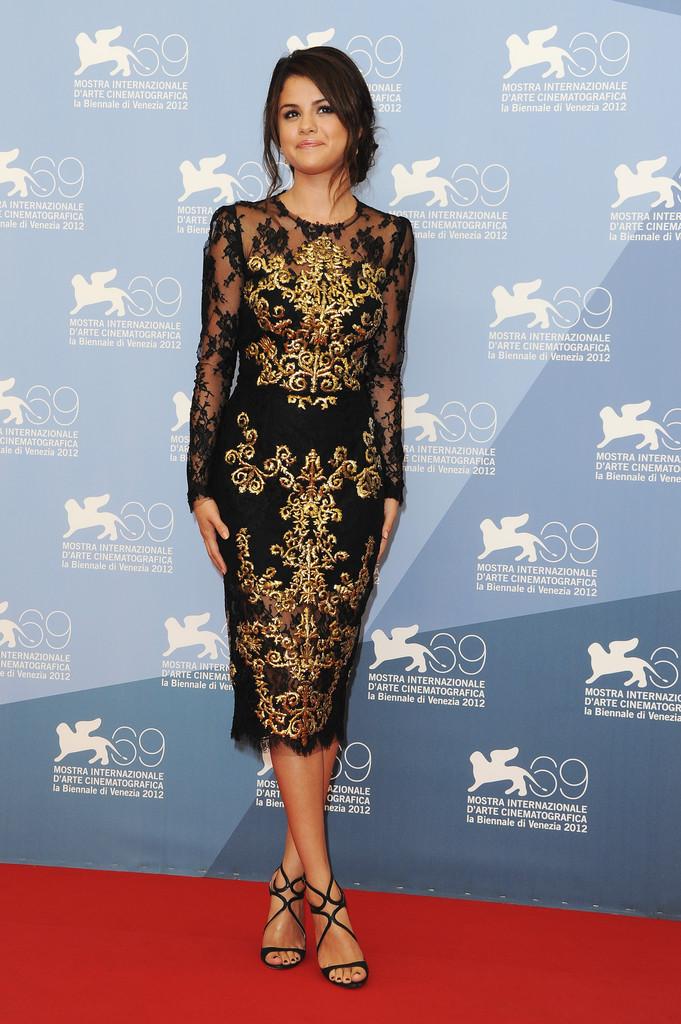 Селена Гоес в черном платье с кружевным верхом и золотой аппликацией