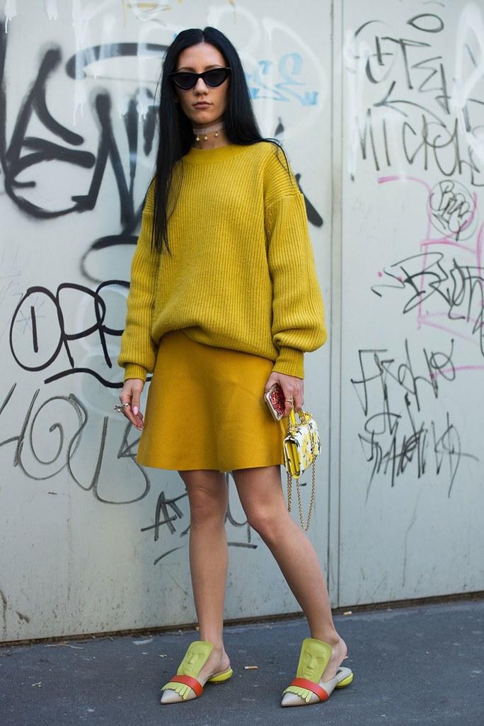 Образ в стиле колор блок: желтая юбка и горчичный свитер