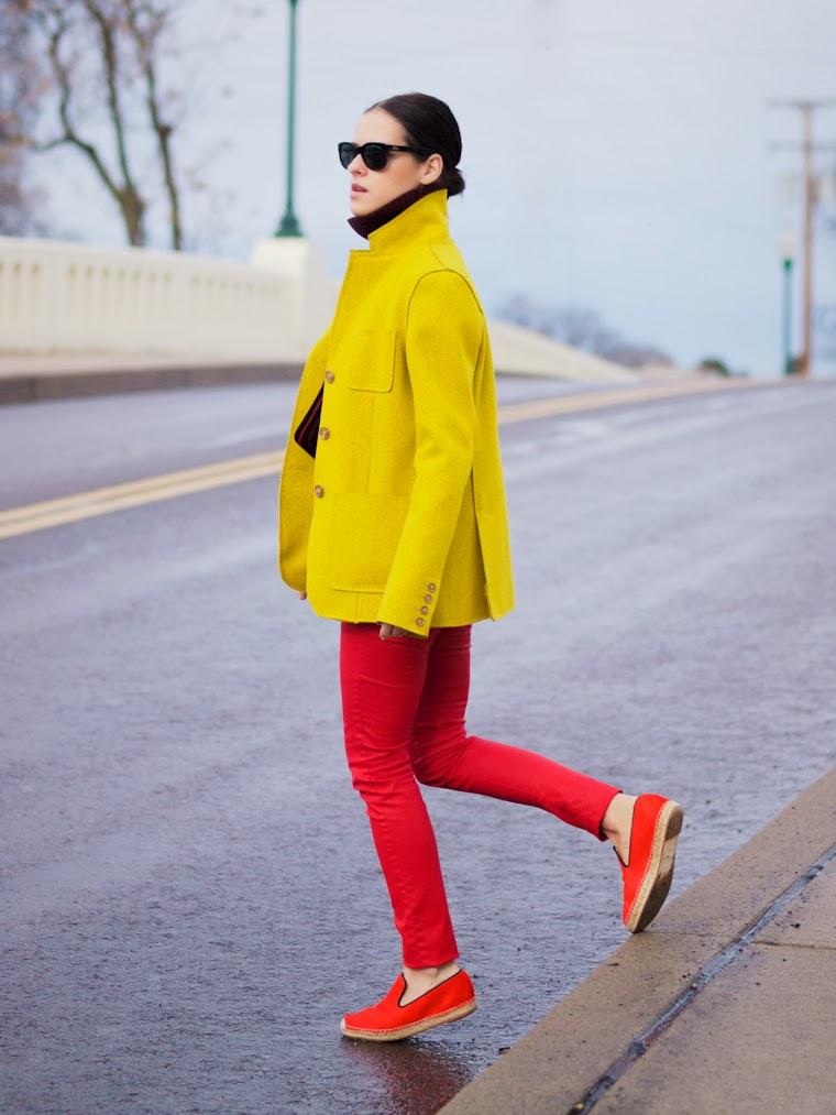 Красные брюки и мокасины и желтое короткое пальто