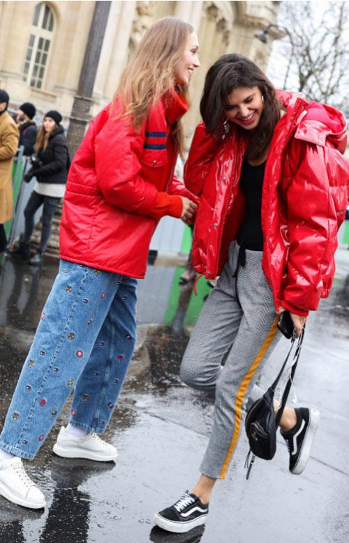 Уличный стиль Парижа 2018. Джинсы в сочетании с красной курткой