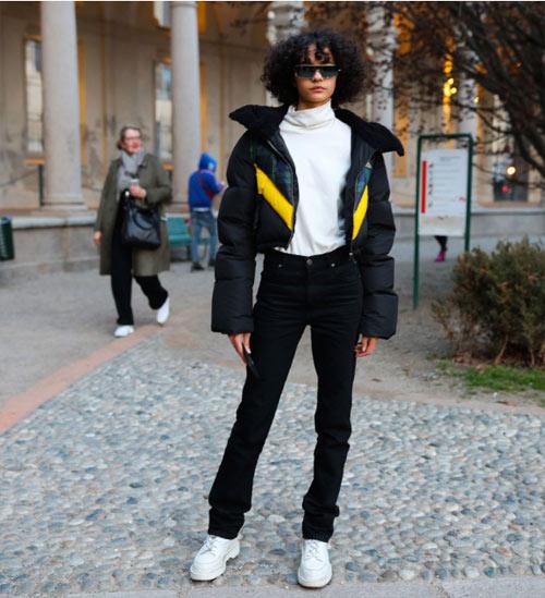 Уличный стиль Милана 2018. Черные джинсы на городской моднице