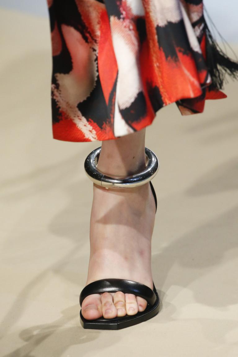 Модный браслет на ногу. Коллекция осень-зима 2018-2019 Alexander McQueen