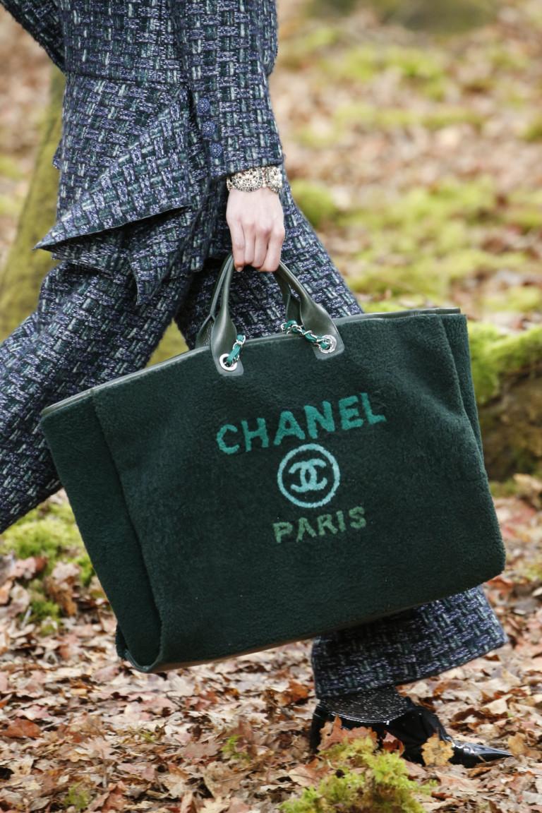 Большая зеленая сумка с надписью Chanel Paris. Коллекция осень-зима 2018-2019