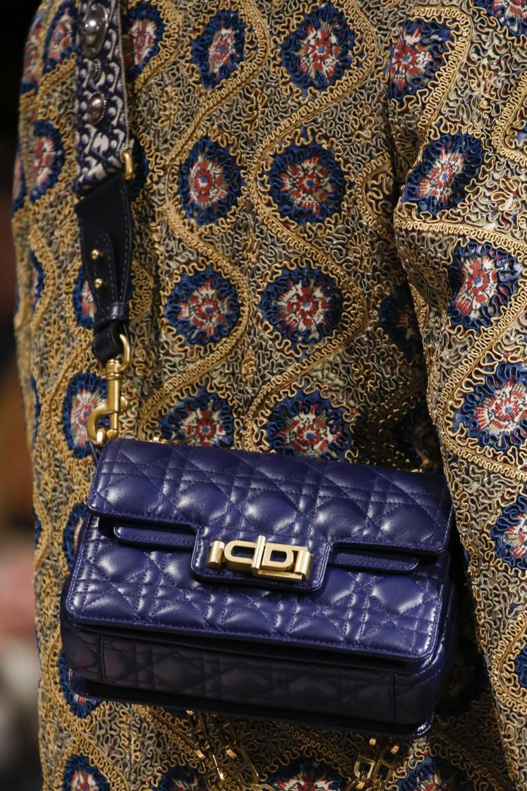 Синяя стеганая сумка через плечо. Коллекция FW 2018-2019 Christian Dior