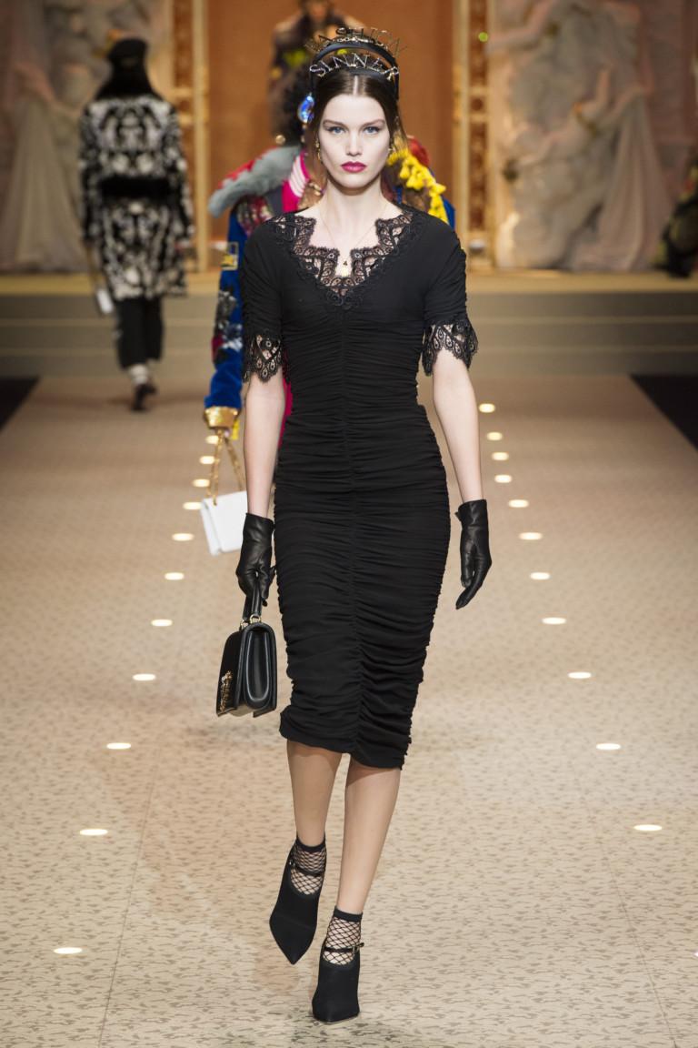 Обтягивающее черное платье с драпировкой. Коллекция D&G