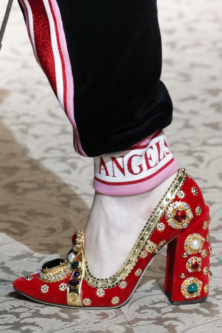 Красные туфли с разноцветными камнями от Dolce & Gabbana