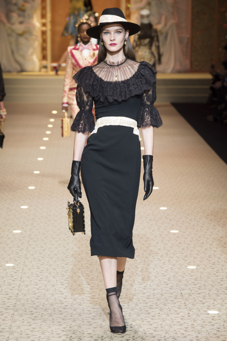 Черное платье с кружевными рукавами. Коллекция осень-зима 2018/2019 D&G