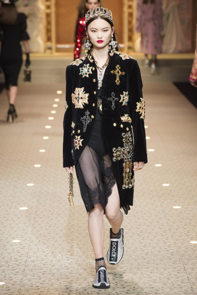 Пальто с крестами из коллекции Dolce & Gabbana