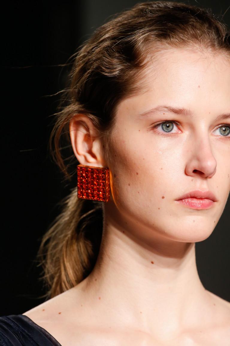 Квадратные красные серьги из коллекции Lanvin