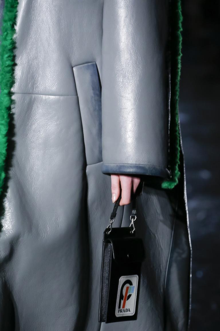 Сумки 2019 зима: маленькая черная сумка Prada