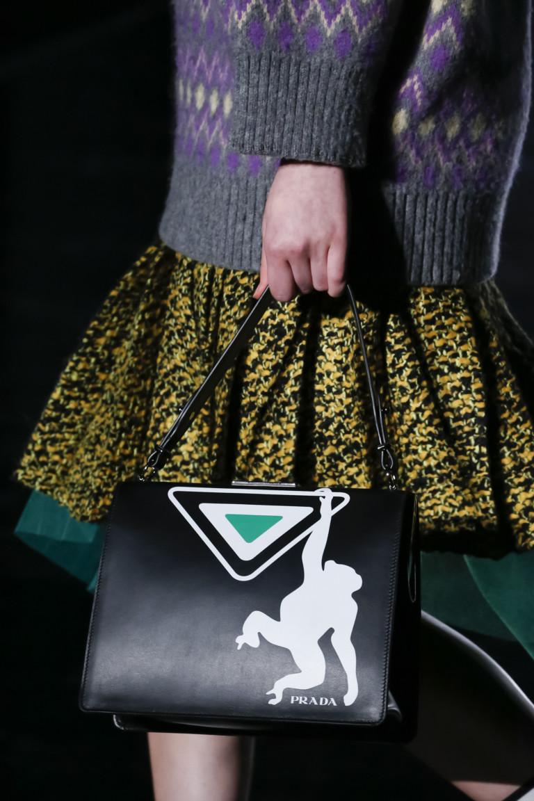 Черная сумка с белой обезьяной от Prada