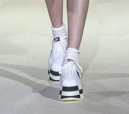 белые кроссовки на толстой подошве от Comme de Garcons