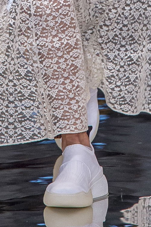 Белые кроссовки из осенне-зимней коллекции Stela McCartney 2018-2019