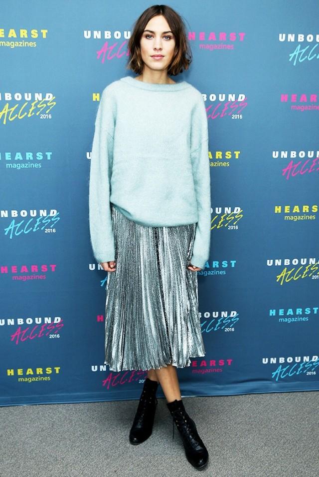 Телеведущая Алекса Чанг в серебристой юбке и длинном свитере