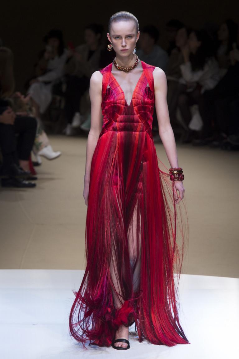 Алое платье с бахромой из коллекции осень-зима 2018-2019 Alexander McQueen