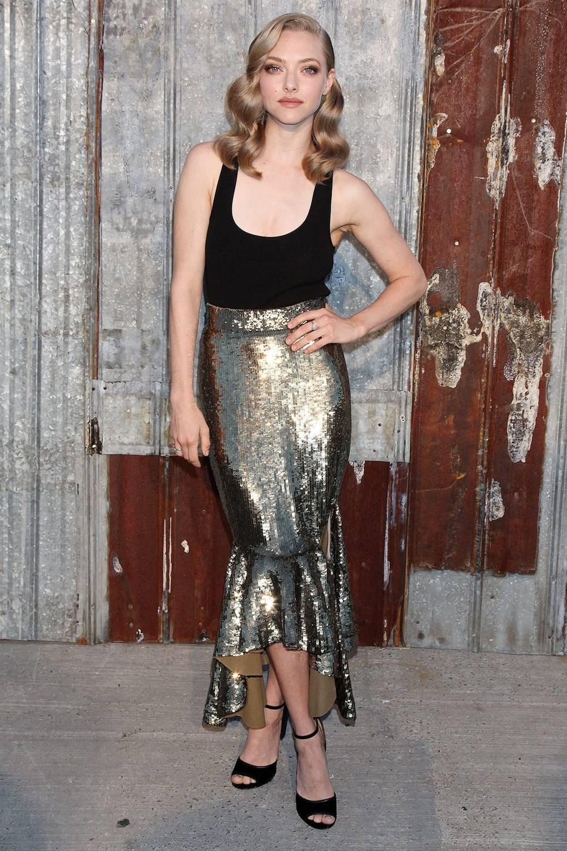 На фото Аманда Сейфрид в длинной юбке цвета металлик с черным топом