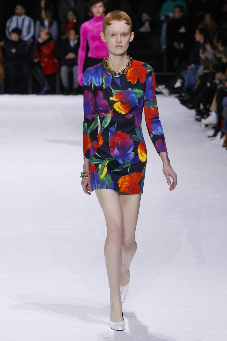 Платье с яркими разноцветными цветами Balenciaga. Коллекция осень-зима 2018-2019