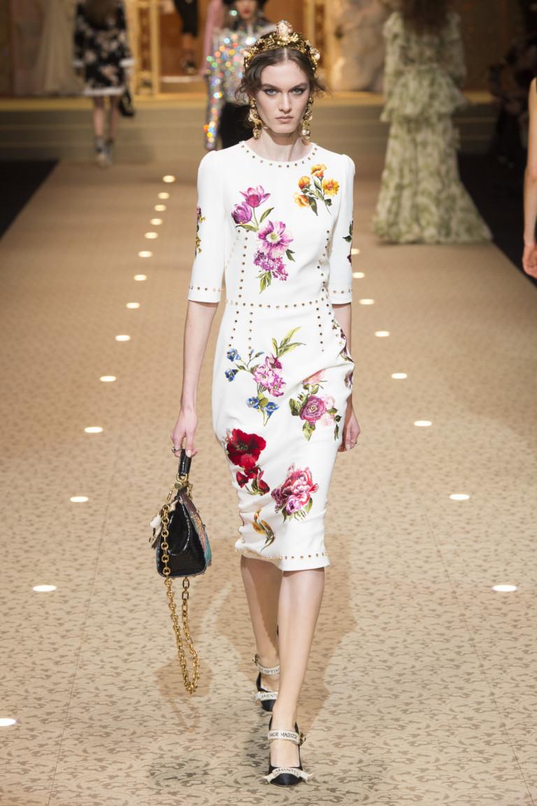 Белое платье с яркими цветами. Коллекция осень-зима 2018-2019 Dolce&Gabbana