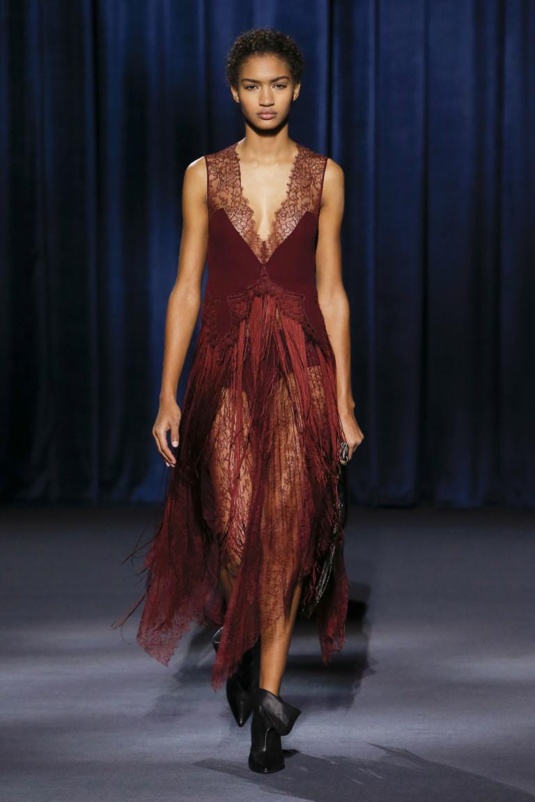 Платье цвета бордо с кружевными вставками из коллекции Givenchy