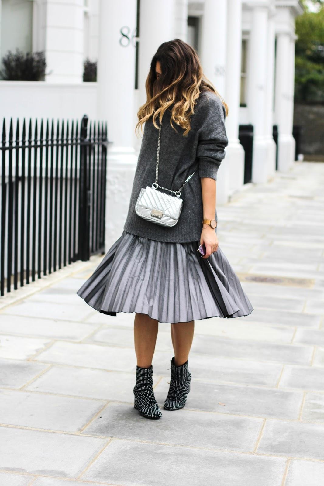 Серебристая юбка с длинным серым свитером