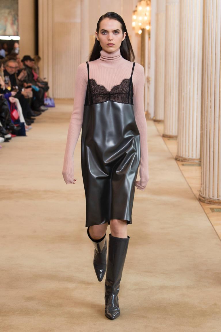 Платье в бельевом стиле с водолазкой. Коллекция Nina Ricci осень-зима 2018-2019