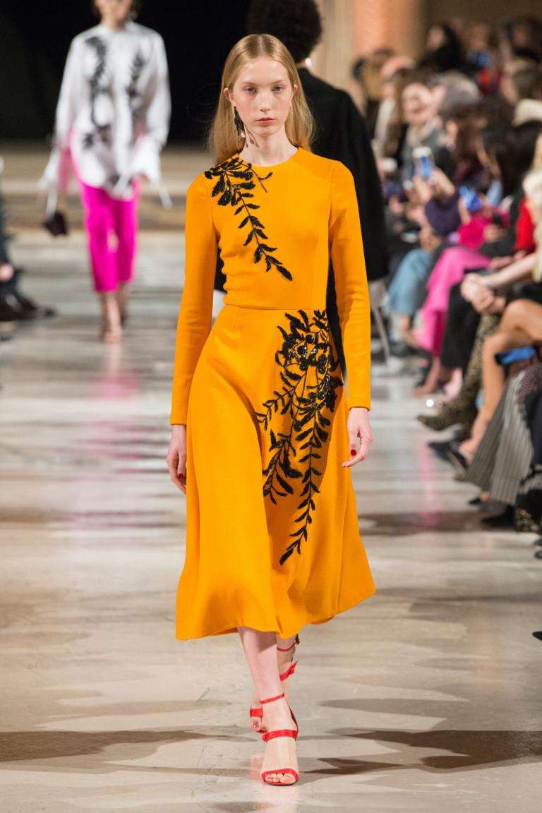 Оранжевое платье с растительной аппликацией