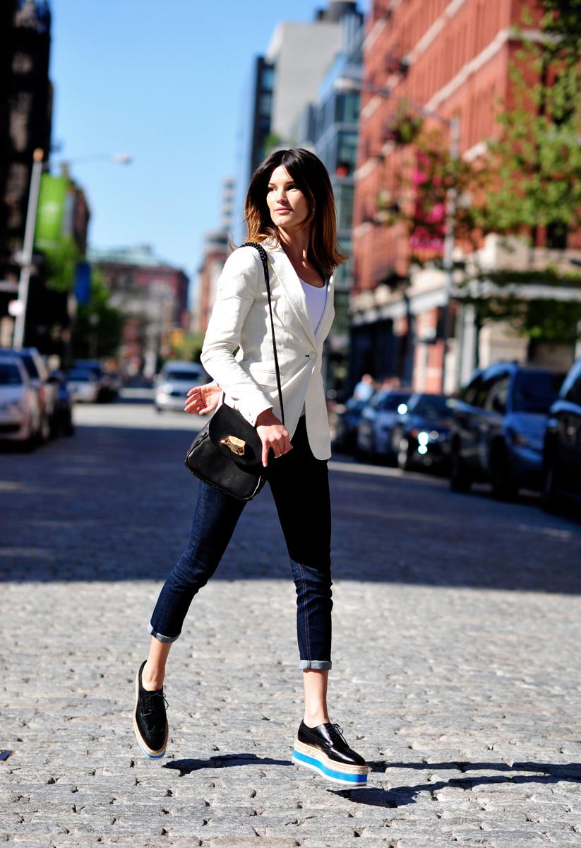 Узкие синие джинсы, белый жакет и обувь на платформе